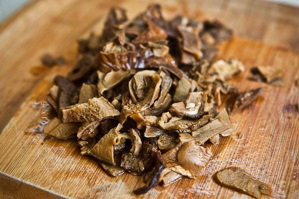 нарезать отмоченные грибы
