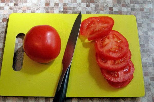 нарезать помидоры пластинами