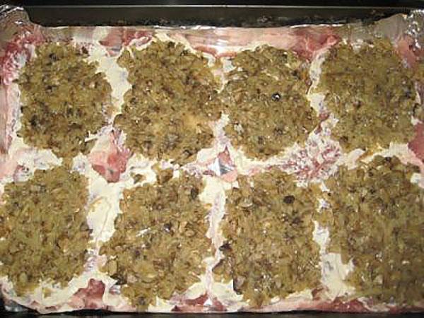 выложить на мясо фарш из грибов