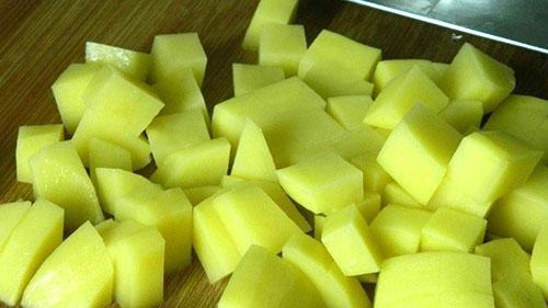 нарезать картофель кубиками