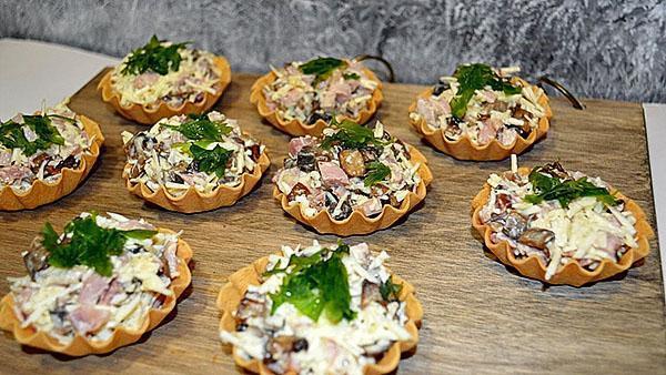 тарталетки с грибами и колбасой