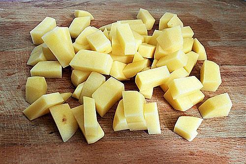 нарезанная кубиками картошка