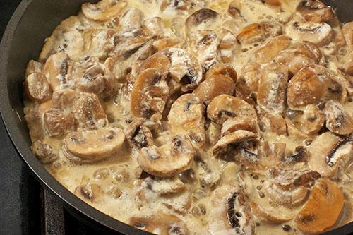 жареная картошка с грибами и сметаной