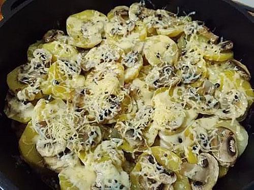 жареная картошка с грибами и сыром