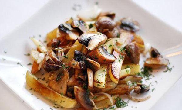 жареные грибы с луком и картошкой