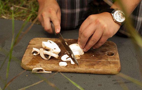 нарезать грибы пластинами