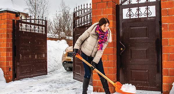 уборка снега перед воротами