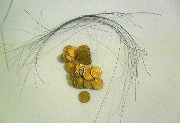 подготовить монеты и проволоку