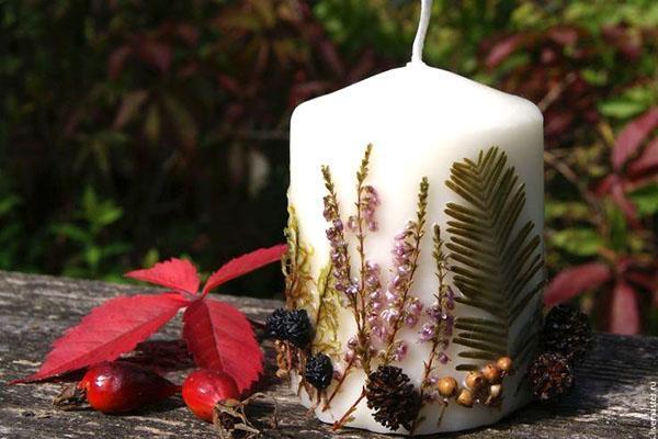 свеча, украшенная природными материалами