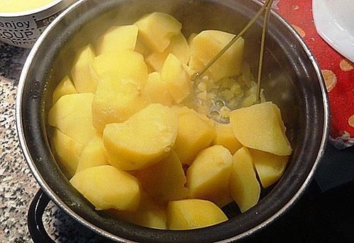 отварить и пьюрировать картофель