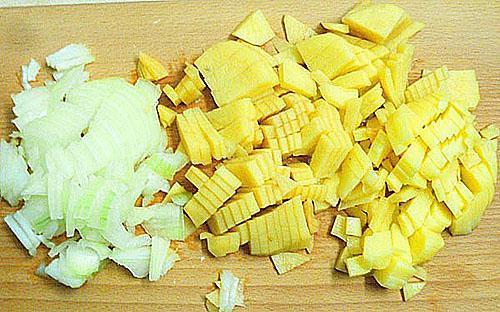 почистить и нарезать картофель и лук
