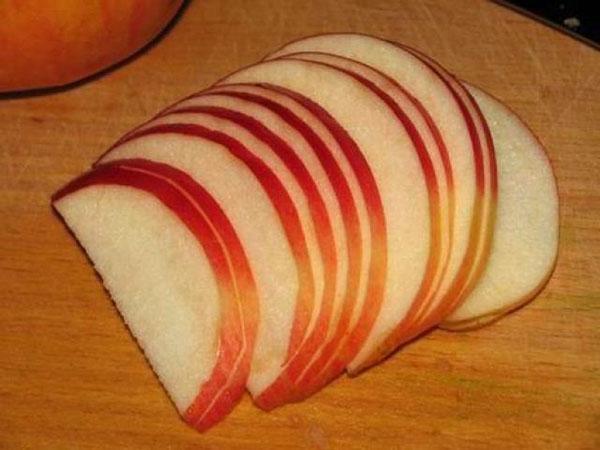 нарезать яблоки