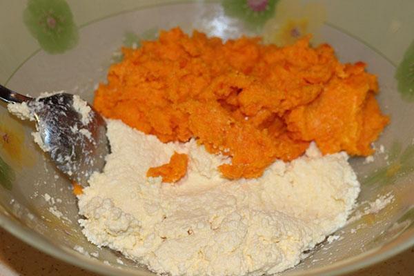 смешать творог с морковью