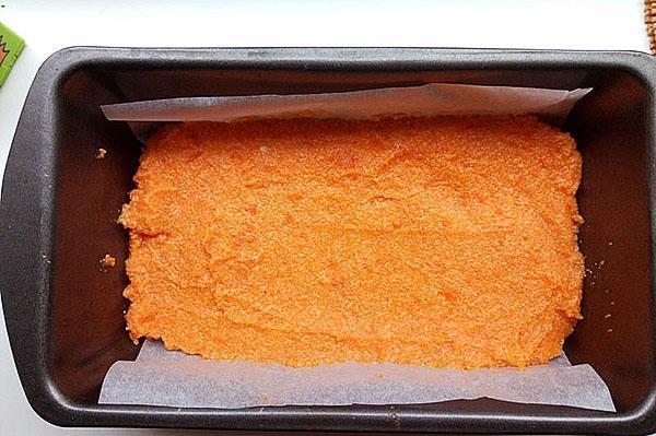выложить морковную массу в форму