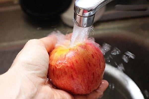 промыть и нарезать яблоко