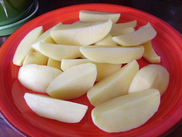 очистить и нарезать картофель