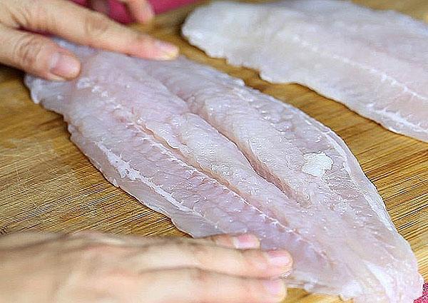 филе рыбы почистить от косточек и нарезать