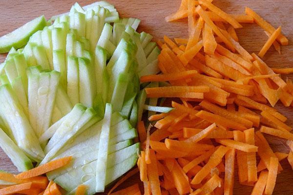 мелко нарезать кабачок и морковь