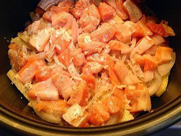 выложить рыбу и полить соусом