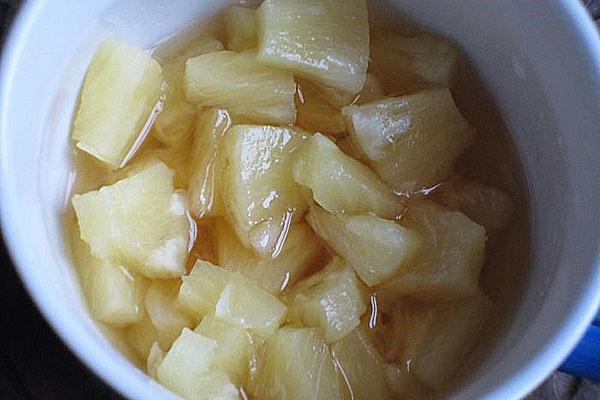 слить сок с ананасов