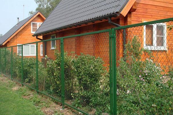 забор из сетки на дачном участке