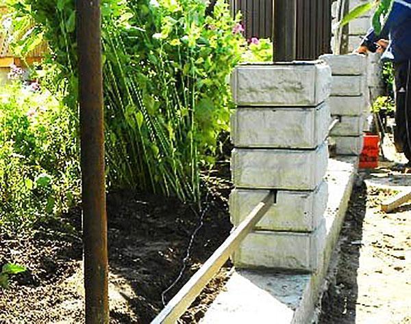 установка железобетонных столбов из блоков