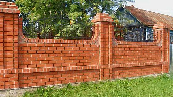 забор с кованными элементами