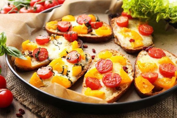 бутерброды с моцарелой и помидорами