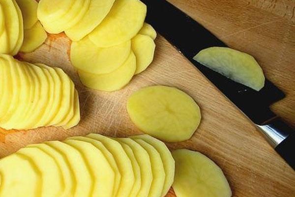 нарезать картофель пластинками
