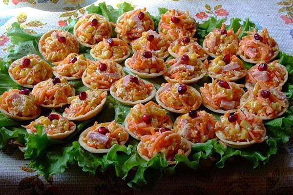 разложить салат по тарталеткам