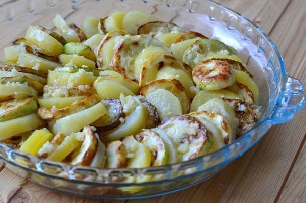выложить картофель и кабачки