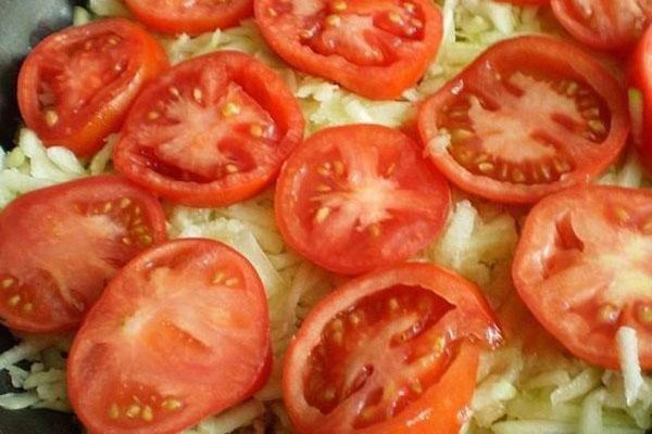 нарезать помидоры и украсить запеканку