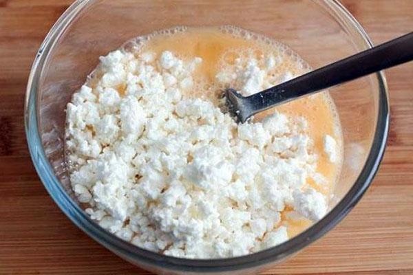 смешать творог с яйцами и сахаром