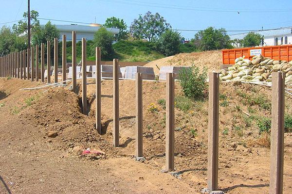 Цельные опорные столбы из бетона для забора на даче