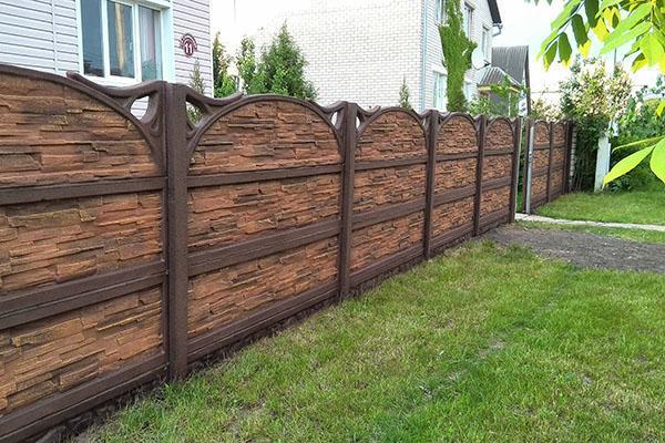 бетонный забор с декоративными элементами