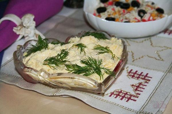 еврейская закуска в салатнице