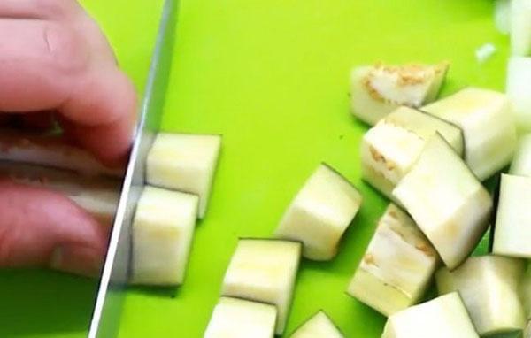 нарезать баклажаны