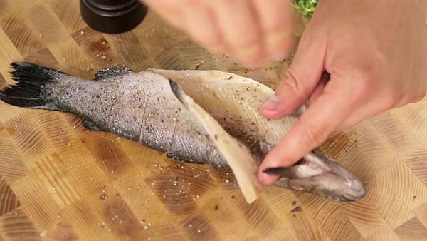 перчим и солим рыбу