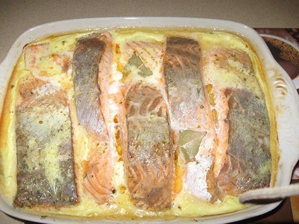 запечь рыбу под сливочным соусом