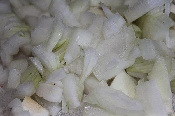 мелко нарезать лук