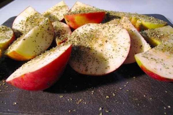 нарезать яблоки и посыпать травами