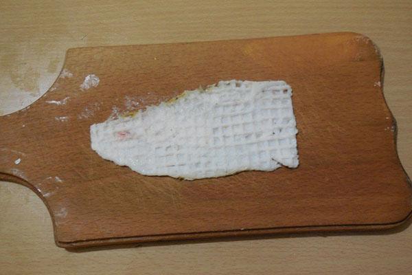 нарезать и отбить бекон или сало