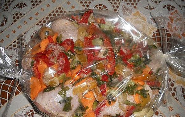 выложить овощи и мясо в рукав