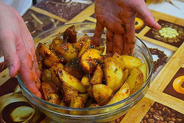 заправляем картофель соусом
