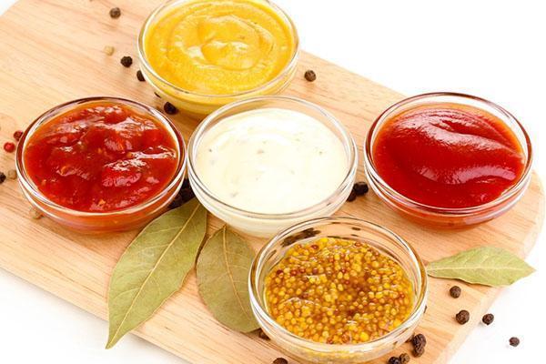 смешиваем ингредиенты для соуса
