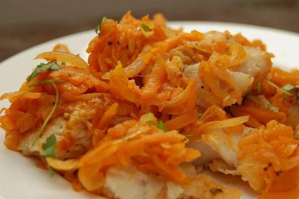 запеченный с морковкой минтай