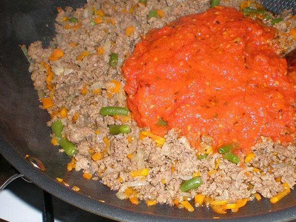 добавить фасоль и соус