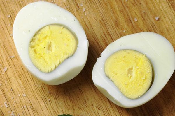 разрезать яйца на две части