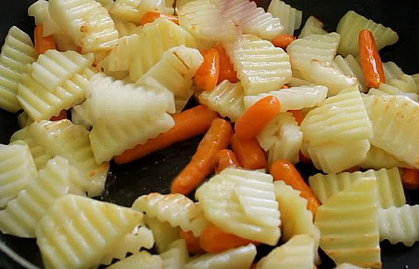 обжарить картофель с морковью