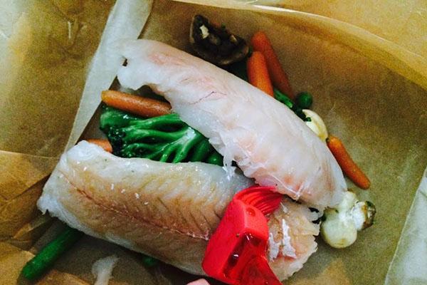 на противень выложить овощи а затем рыбу